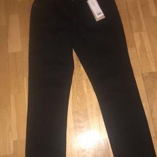 Helt nya jeans med prislappen kvar. Storlek 36