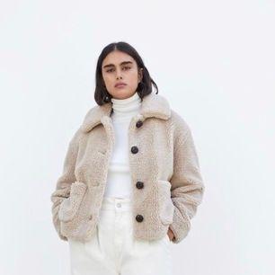 Helt ny jacka från Zara , slutsåld Ordinarie pris : 699kr , Mitt pris : 300 Teddy jacka Storlek: xs Kan fraktas , köparen står för frakten.