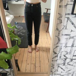 """Svarta högmidjade """"kimono"""" jeans från monki. Använt 2 gånger. Säljer då de är lite små. Kunden betalar för frakt. Kan mötas upp i centrala gbg. 👾"""
