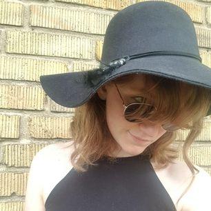 Fin solhatt i storlek 57. Kan göras mindre med hjälp av knytband inuti hatten. Dekorativt band på utsidan. Hatten är i storlek 57. Jag säljer den för 50 kr exkl frakt. Bjuder dock på frakten vid köp över 300 kr.