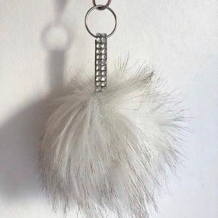 Fin nyckelring från Gina Tricot i fakepäls. Säljer den för 39kr + frakt :)