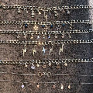 Säljer handgjorda halsband och örhängen! Tjock kedja med berlocker: 111kr inkl frakt. Smal kedja med berlocker: 101kr inkl frakt. Örhängen 81kr inkl frakt