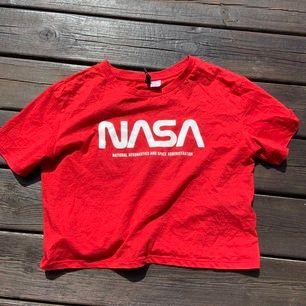 Röd tisha med NASA tryck. Frakt tillkommer