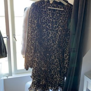 Leopard klänning från Gina tricot, super fin verklgien, stl 40 men jag är 36 å den passar mig, nypris 400