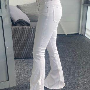 Vita bootcut jeans med slits från Zara. Endast provade med lapp kvar. Köparen står för ev fraktkostnad🌸