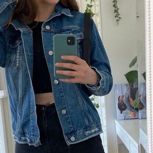 cool sliten jeansjacka från bikbok! står xs på lappen, men är oversized så den passar som en large typ :))) knappt använd, jättebra skick!! nypris: 600kr