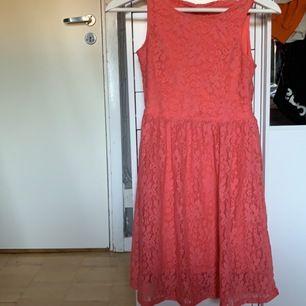 Här har jag en klänning från Lindex som är i storlek S (jag tror det men har klippt bort lappen). Jag har använt den 2 gånger men det var ett tag sen jag använde den sist och den är nu för liten.