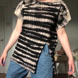 Så cool tiedye T-shirt med slits fram. Storlek står ej men jag är en strl S för referens :) Kan skickas, köpare står då för frakt :)
