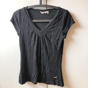 ganska basic t-shirt, lagom anständig med lätt v- ringning och bra passform. köptes för ganska många år sedan och är välanvänd men ändå i så gott som perfekt skick. superskön och precis lagom sval. storlek M men passar både S och L.