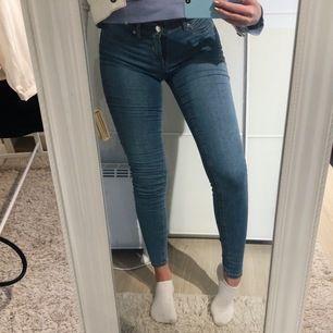 """Stretchiga jeans från jena """"alex"""" modellen. Säljer pga kommer aldrig till användning. Nyskick. Möts upp i Jönköping annars står köparen för frakten."""
