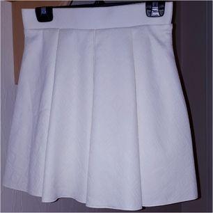 Vit kjol med underkjol. Storlek S. Mkt.fint skick.