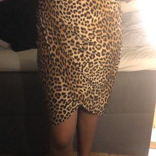 Säljer även en till leopard kjol från ginatrico i storlek S men som är lite längre i modellen. Även denna är omlott kjol som är jätte skön att bara ha på en sommarkväll. Hödmidja och använd få gånger. Denna skulle jag gärna vilja ha för 60kr+ frakt. 💞💞