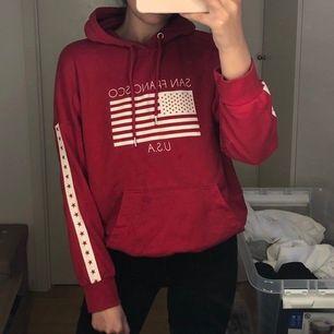 Röd hoodie från H&M i storlek XS men den är oversize så passar större! Använt men fint skick.
