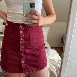 Denna supersnygga kjolen köptes på second hand för något år sedan. Den är nu dock för liten och säljs därav. Kjolen är i mkt bra skick!! Pris: 40kr+ 55kr frakt