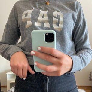 Denna sweatshirt köptes för några år sedan i USA, men kommer inte längre till användning. Den är i använt skick fast i bra skick! Pris: 60kr+55kr frakt