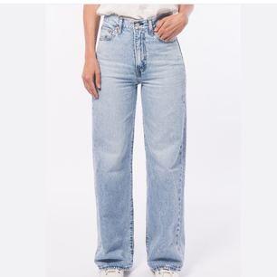 SÅLD!!!💜💜Säljer ett par sprillans nya Levi's jeans, Den populära modellen Ribcage Wide leg som är helt slutsåld överallt!! Storlek W23 L30. Framhäver rumpan väldigt fint. Nypris ligger runt 1200kr. Köpare står för frakt Skriv för fler bilder!!🥰 Högsta bud får dem.