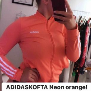 Säljer min helt nya adidas kofta som är neon orange.  Köptes för 600kr men har aldrig använts. Behöver pengar, därför säljer jag den.  Superfin och helt felfri, aldrig använd.