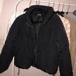 Hej säljer denna jacka som har använt fåtal gånger under vintern, den är super skön och varm.  Köpt från H&M. Frakt ingår o priset