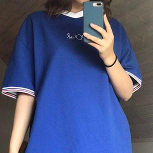 Säljer en skitcool klarblå Polar T-shirt! Väldigt oversized och unik!!
