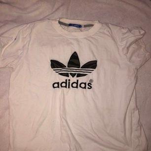 Hej säljer den fina t-shirt som har aldrig kommit till användning, den är köpt utomlands men e väldig bra i kvalitet, frakten ingår i priset