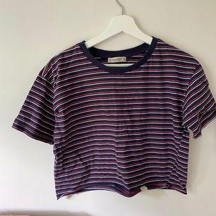 Supergullig, randig crop top i t-shirt-material. I fint skick & perfekt till sommaren🥰☀️🌿 FRAKT: 44