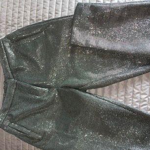 Snygga kostymbyxor i silverglitter! Endast använda två gånger! 💞 pris kan diskuteras vid snabb affär