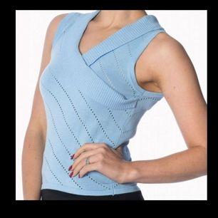 Helt oanvänd, nyskick! Säljes pga av fel storlek. Märke: Banned apparel, dancing days by banned. Storlek: L (mer som en M) Färg: Ljusblå Köpt från  https://www.rockabilly-rules.com/en/Banned-Knit-Top-Its-a-wrap-Piontelle-light-blue.html