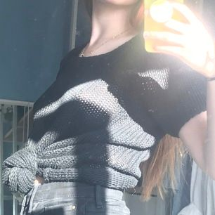 Svart vintage stickat tröja ifrån soul river🕷✨            Storleken är small men kan passa xs-m✌🏻                 Man kan ha den så som den är men annars passar den bra över en skjorta eller långärmar tröja👽👍🏼