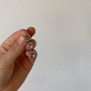 Superfina örhängen från Lily and rose i silver med rosa stenar i mitten, som nya i skick och använda endast ett par gånger! Nypris: 599kr, säljer för 79 inklusive frakt!