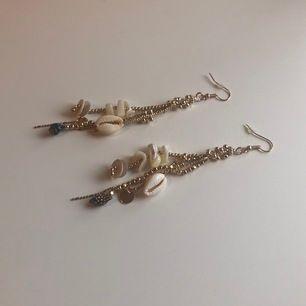 Jättevackra örhängen med gulddetaljer. Ungefär 1 dm långa. Säljes pga används inte så oanvända :)) Frakt är 11kr.