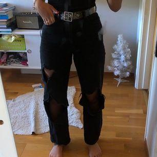 Skitcoola svarta byxor som sitter så bra. Jag är 174 och dom är bra i längden på mig.