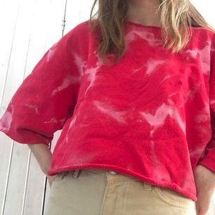 Så cool tiedye tröja❤️ den är klippt längst ned, vid ärmarna och vid kragen. frakt 79kr