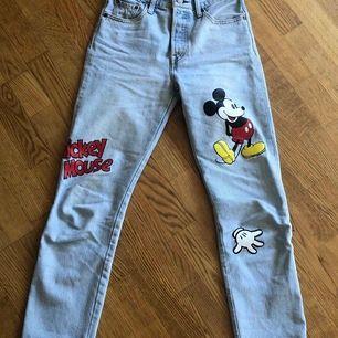 Jeans från Levi's collaboration med Disney i modellen 501. Limited edition och slutsålda överallt. Väldigt bra skick, använda ett fåtal gånger och inga synliga defekter. Nypris ca 1200kr. Fraktkostnad tillkommer (63kr)