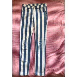 Awesome vit-blå-randiga jeans, fickor i fram men inga i bak och dom är högmidjade. Gylfen har blivit lagad en gång men det är inget att utmärka. Dom har även en liten fläck jag inte fått bort men annars jättefint skick. Köparen står för frakt ✨