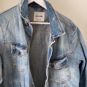 Säljer en jeansjacka i mycket bra skick, köpt på jack & jones för 700kr. storlek L