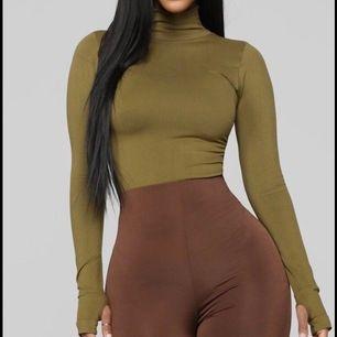 Tröja från Fashion Nova i storlek M/L, sitter väldigt tight så passar mindre storlekar också. Slutsåld Online, använd fåtal gånger