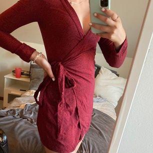 Denna jättefina röda klänningen från H&M säljs nu eftersom den är för liten. Den är enbart använd vid två tillfällen och är därför i jättebra skick!! Pris:100kr+49krfrakt