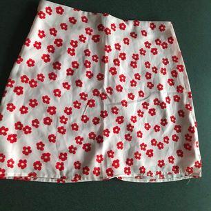 Blommig kjol storlek M, passar S/M. säljer eftersom det inte är min stil längre så knappt använd. 90 kr ej inkl frakt.