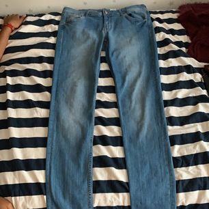 Dom här jeansen är i väldigt bra skick har bara använt en par gånger. Dom är inte förstöra nånstans.