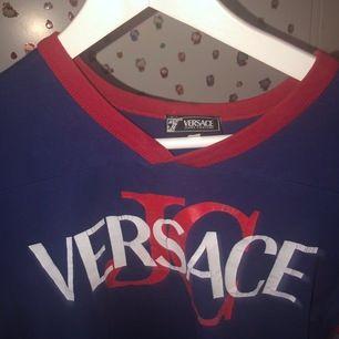 assnygg versace t shirt! köpt i london vintage butik. äkta!skulle säga att det är storlek s men jag som har xs sitter bra och även large o medium funkar! (ink frakt och PRISET KAN DISKUTERAS)