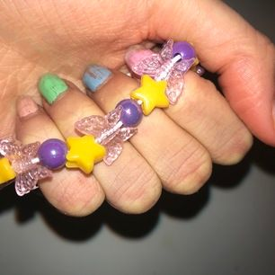 Asgulligt aesthetic armband med fjärilar, stjärnor o glittriga lila pärlor (svårt o fånga skimret på bild)🦋⚡️