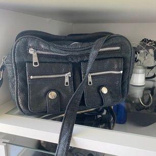 Svart superfin väska som tyvärr inte används längre, har massa fickor och rymmer med så mycket !! Fraktar eller möts upp i Göteborg