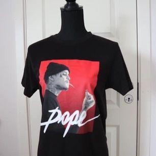 Säljer en t-shirt som passar både herr och dam. Tröjan är i nytt skick! Storlek: XS för herr och mer som en S till dam