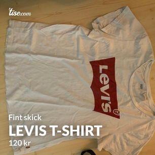 Levis t-shirt i bra skick! Storlek L men passar bra för M men också snygg som oversized! Frakt tillkommer på 66kr