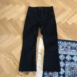 Svarta jeans från Zara, ankeljean, (Midi) midja. Storlek 38. Frakt 63kr eller hämtas upp i Malmö. Använda 1 gång.