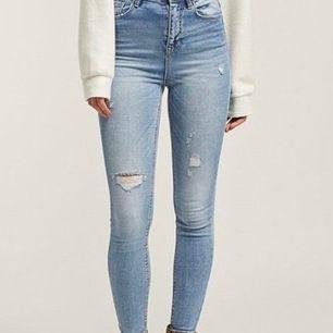 Dessa jättefina skinny jeans säljer jag nu då de inte längre passar. De är måttligt använda, men skulle säga att de fortfarande är i mkt gott skick. På 3:e bilden syns det hur slitningar ser ut i verkligheten! Pris: 80kr+55kr frakt