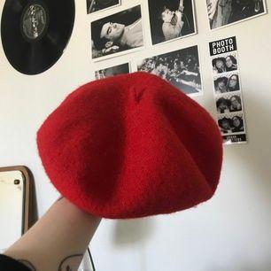 Röd baskern som är sparsamt använd och i fint skick! Onesize.