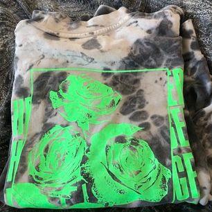 Tiedye sweatshirt från heart & dagger köpt från asos för några månader sen men nästan aldrig blivit använd. Skriv för fler bilder, köparen står för frakt📦
