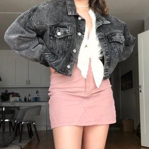 Fri frakt! Croppad jeansjacka från na-kd. Står storlek xs men passar upp till L eftersom den är så oversize! Jag är vanligtvis M