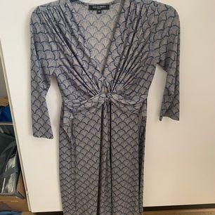 Superfin klänning från ilse Jacobsen. Säljer då den är för liten! Använd 1-3 gånger. Frakt tillkommer på 60kr